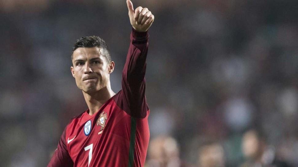Cristiano Ronaldo cede o título de melhor do mundo ao João por uma boa causa