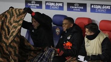 Jogadores do Benfica aqueceram-se no banco... com mantas