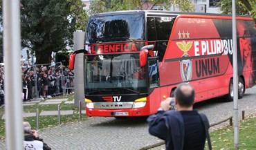 Adeptos e muita segurança na chegada de Benfica e V. Guimarães