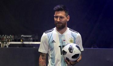 Messi em foco na apresentação da bola do próximo Mundial