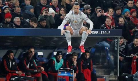 Este salto de Ibrahimovic até assustou... os próprios colegas