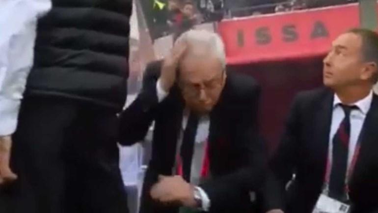 Balotelli em fúria 'ensurdece' homem com um murro no banco de suplentes