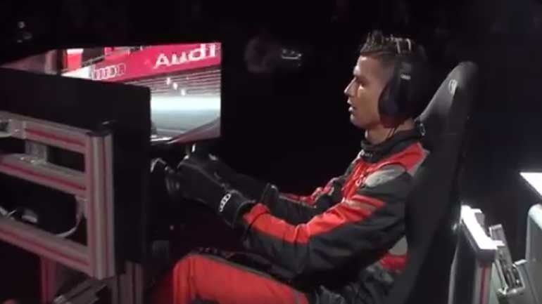 Cristiano Ronaldo ao volante de um Audi num simulador