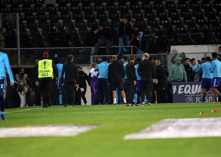 Adeptos e jogadores do Marselha em cenas de violência em Guimarães