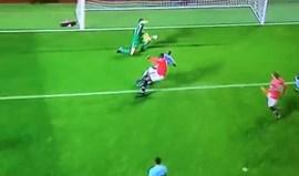 A dupla defesa de Ederson que tramou Mourinho