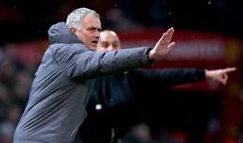'Bocas' entre Mourinho e Ederson e garrafas pelo ar no túnel de Old Trafford