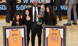 Camisolas 8 e 24 de Kobe Bryant nos Lakers no 'céu' do Staples Center
