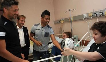 Treinador e jogadores do V.Guimarães espalham sorrisos em hospital pediátrico