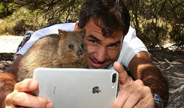 Roger Federer faz um novo amigo na Austrália