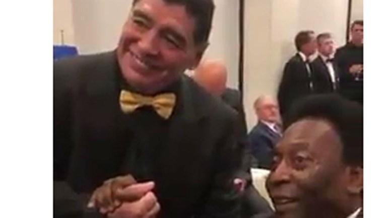 Sorteio do Mundial'2018 juntou Maradona e Pelé para um cumprimento especial