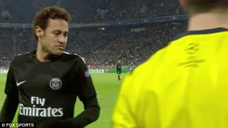 Adeptos lançam para o relvado notas de 500 euros... com a cara de Neymar