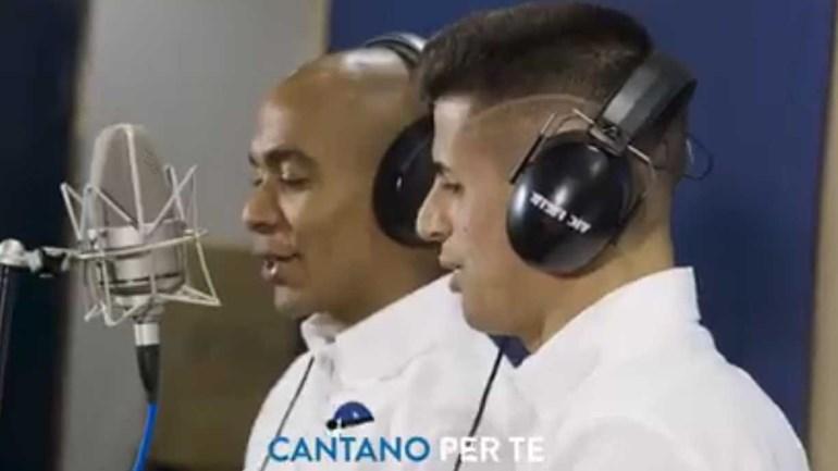 João Mário e Cancelo afinam a voz no coro do Inter (vai ser cá um Natal...)