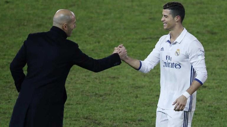 Ronaldo mostra quinta Bola de Ouro a Madrid