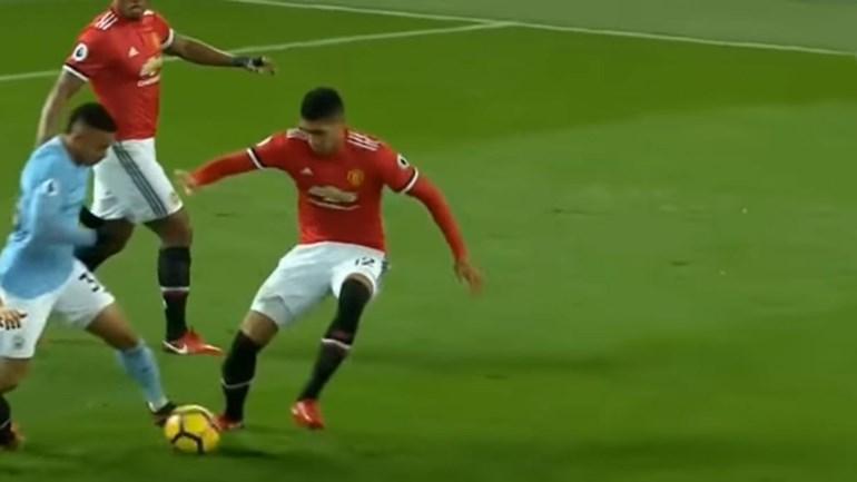 O 'mergulho' de Gabriel Jesus que compromete Guardiola... e faz rir Mourinho