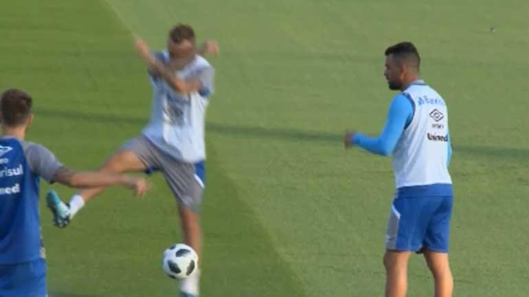 Jogador do Grêmio prepara final com o Real... a imitar celebração de Ronaldo