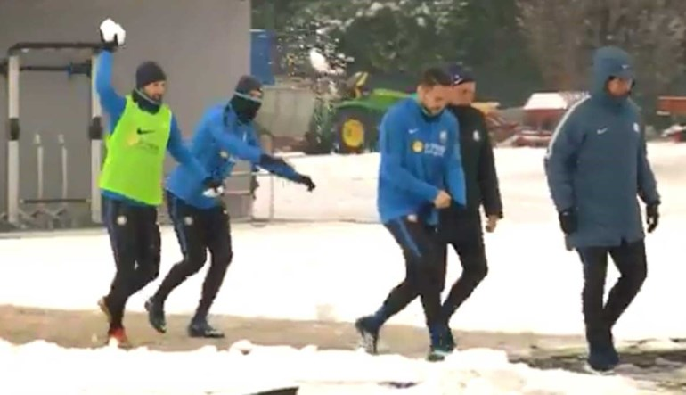 Quando há neve quase ninguém resiste a atirar bolas... assim foi no treino do Inter