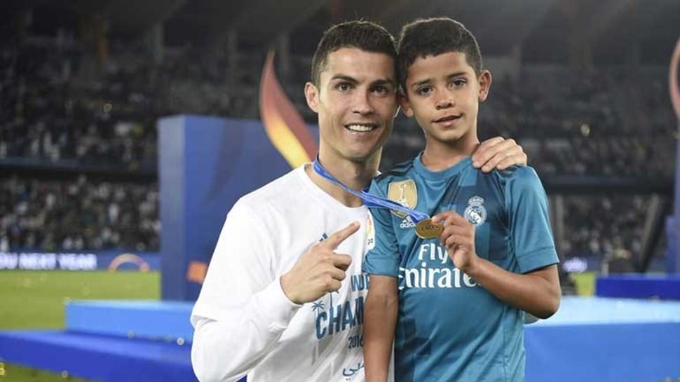 Cristiano Ronaldo festeja com o filho