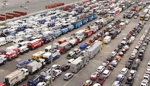 Os 540 carros que vão ao Dakar já chegaram ao porto de Lima