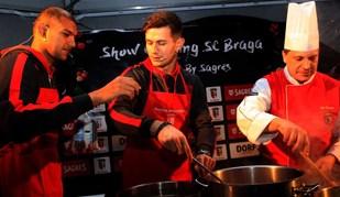 Da bola aos tachos, jogadores do Sp. Braga cozinham na rua