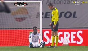 Grimaldo precisou de trocar chuteiras e Varela... sentou-se no relvado