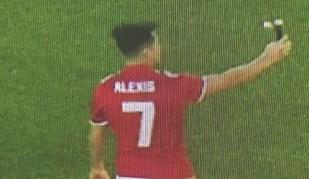 Primeira foto de Alexis no United mostra chileno no relvado... a tirar selfie