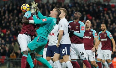 Guarda-redes do West Ham confundiu cabeça de colega com a bola?