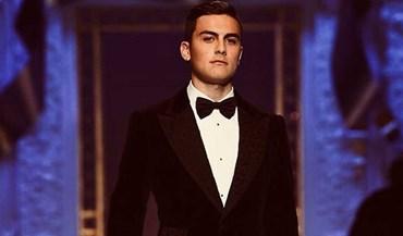 Dybala troca a bola pelas passarelas e faz furor na semana da moda de Milão