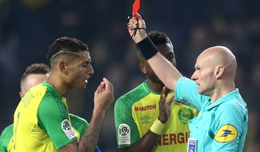 Suspenso árbitro francês que expulsou jogador em lance insólito