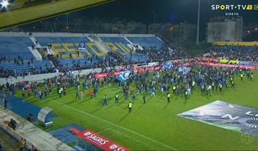 Adeptos do FC Porto fogem para o relvado após bancada começar a ceder
