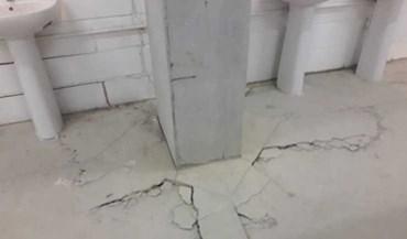 As imagens das fissuras no estádio do Estoril numa casa de banho e na bancada