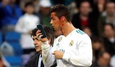 Cristiano Ronaldo ficou a sangrar após bisar... e 'sacou' do iPhone para ver o seu estado