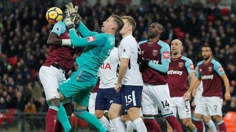Guarda-redes do West Ham confundiu cabeça de colega com a bola?