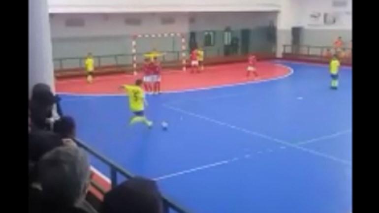 Português de 10 anos marca livre... à Ronaldo no futsal