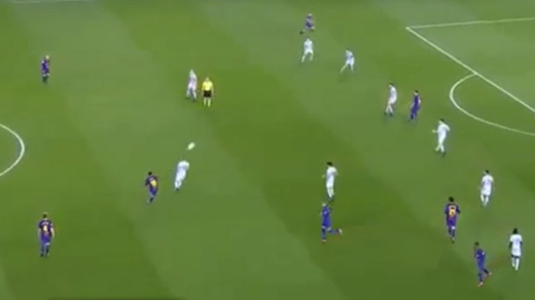Se quiser pode tentar imitar este passe de Messi... no FIFA 18
