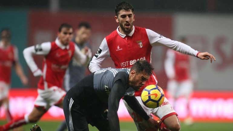 Benfica vence o Braga e se mantém vivo no Português