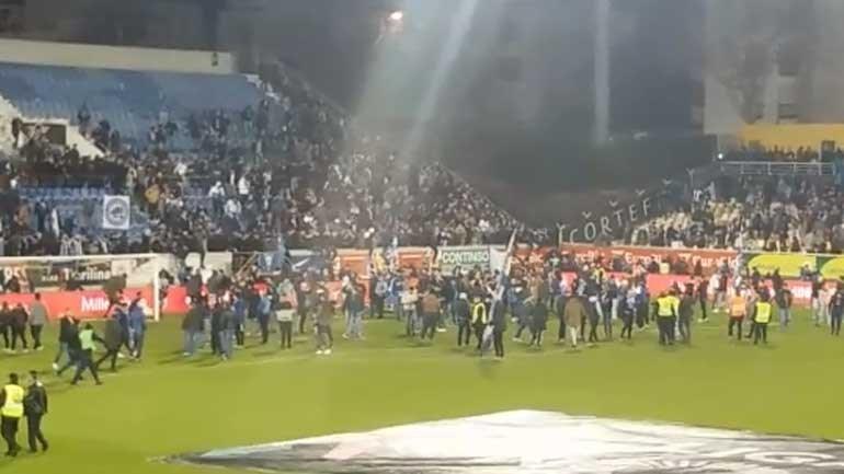 O momento em que os adeptos do FC Porto fugiram da bancada para o relvado