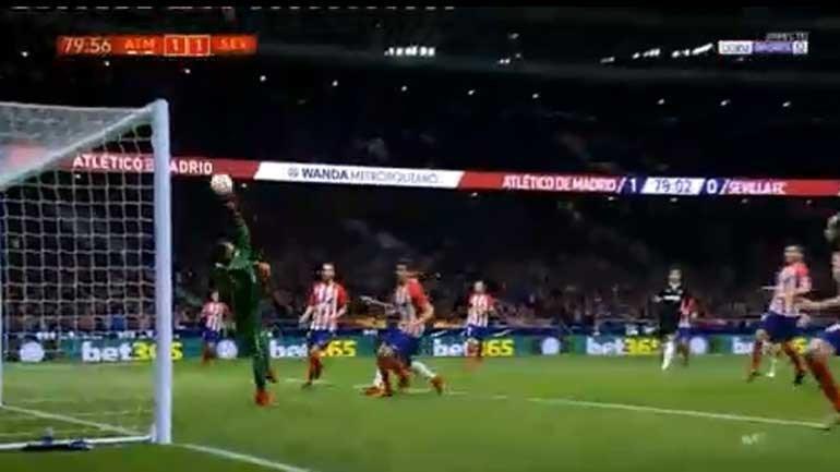 Guarda-redes do At. Madrid tentou afastar a bola e... marcou autogolo