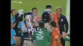Jogadores atacam árbitro... e até a polícia de intervenção teve de entrar em cena
