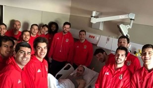 Andebolista do Benfica com visita especial no hospital