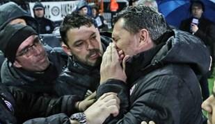 Treinador do Olympiacos atingido por rolo de papel higiénico na cara