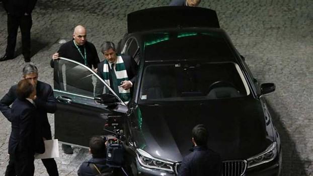 Bruno de Carvalho saiu do pavilhão de cachecol nos ombros