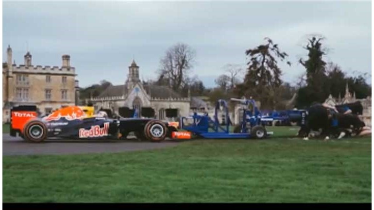 Dez jogadores de râguebi enfrentam carro de Fórmula 1 e duelo até dá faísca