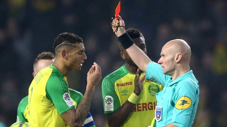 Árbitro que pontapeou e expulsou jogador do Nantes suspenso por seis meses