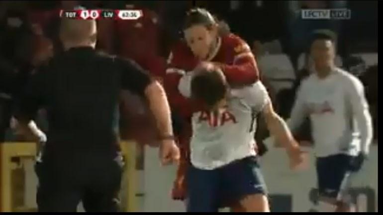 Lallana 'passou-se' e agarrou jovem do Tottenham pelo pescoço