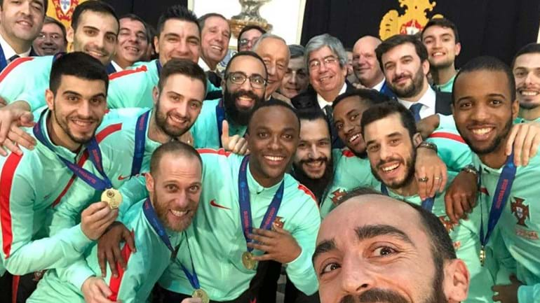 A selfie dos campeões europeus de futsal com o Presidente