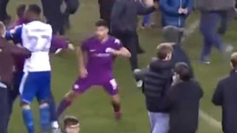Agüero perde a cabeça e agride adepto do Wigan