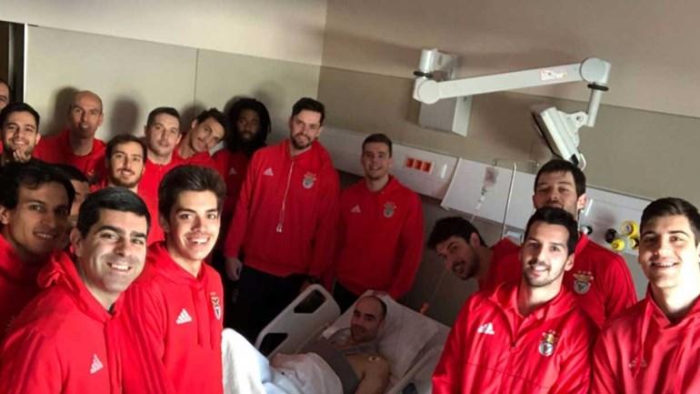 Andebolista do Benfica com visita especial no hospital
