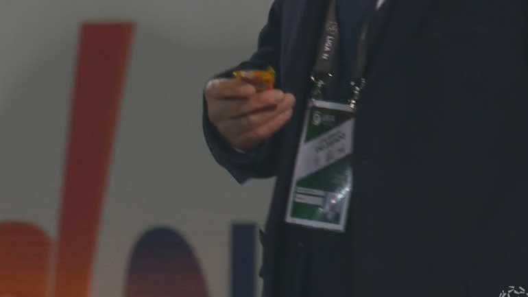 Árbitro do P. Ferreira-Benfica recolheu um... nogado do relvado