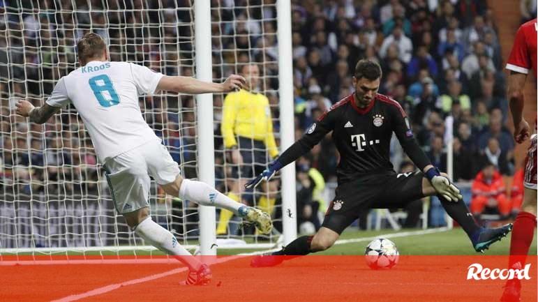 Guarda-redes do Bayern pede desculpa e colegas saem em seu auxílio - Liga  dos Campeões - Jornal Record 7b998582a2b36
