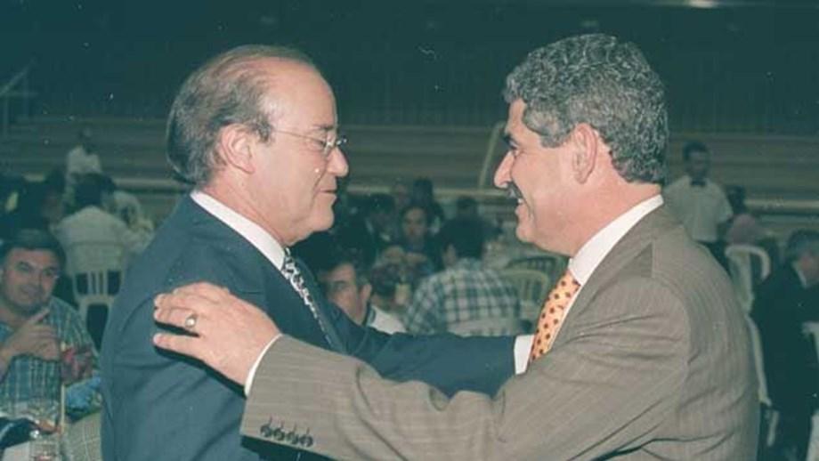Luís Filipe Vieira no beija-mão ao seu amigo Pinto da Costa, quando ainda era presidente do Alverca